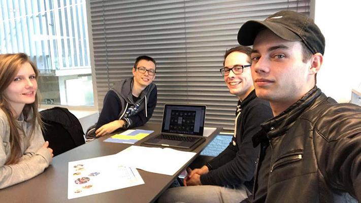 Voorbereiding klasbezoek, studenten die brainstormen
