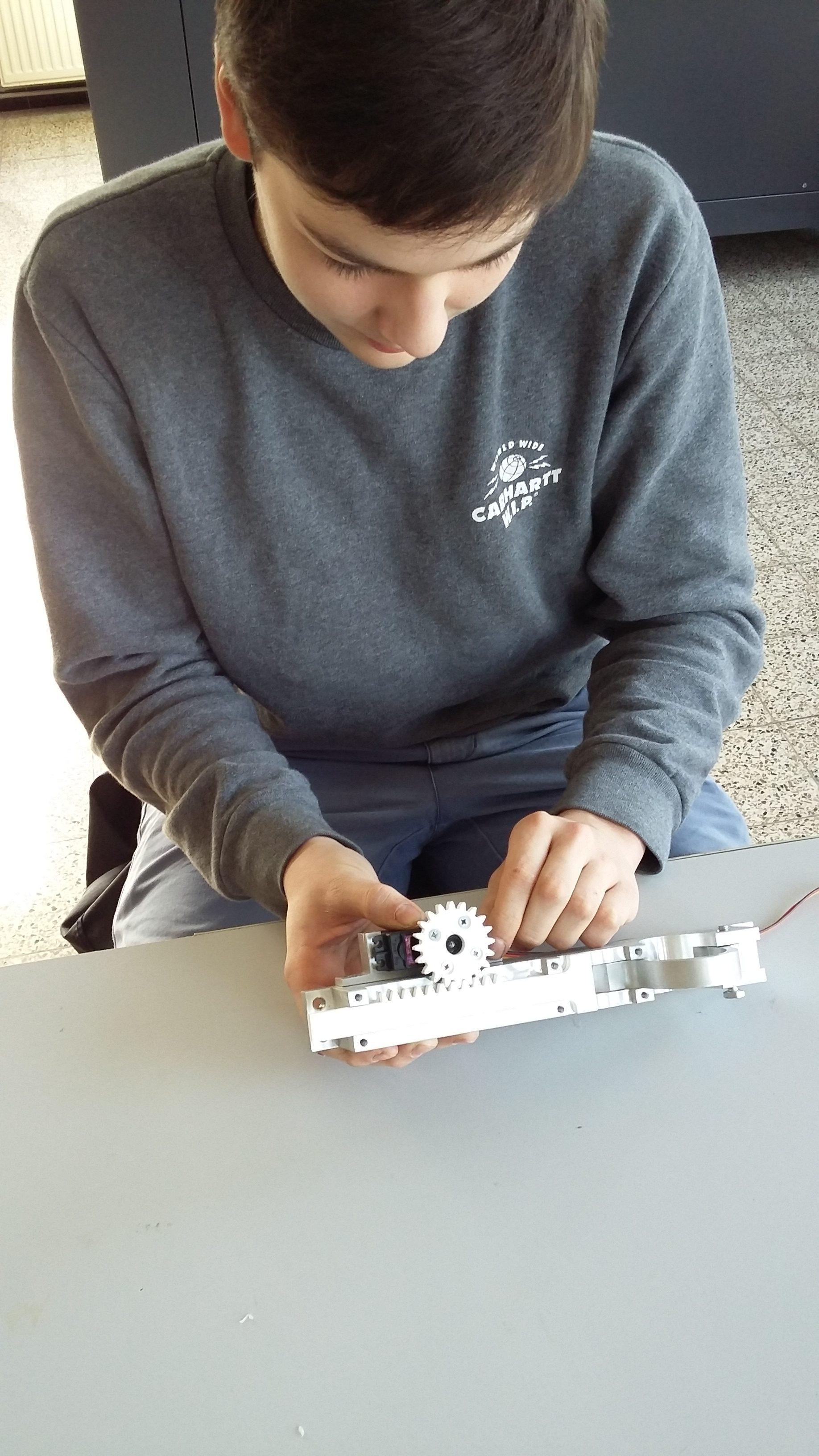 De leerlingen sleutelen aan het werkend prototype