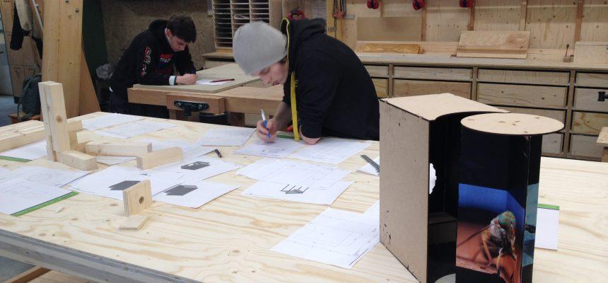 De leerlingen bouwen de machine